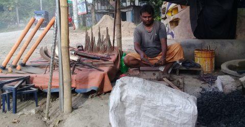 শ্রীনগরে দা-বটি চাপাতি ও চাকুর শান দিতে ব্যস্ত নারায়ণ